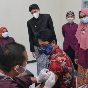 Tinjau Vaksinasi di Kecamatan Kampak, Wakil Bupati Trenggalek Berharap Segera Rampung