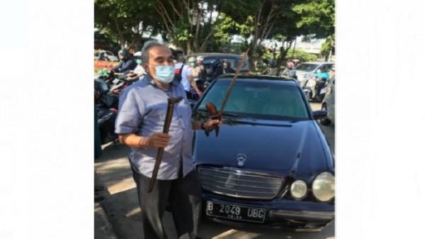 2 senjata tajam di mobil pengacara Habib Rizieq (foto: iNews)