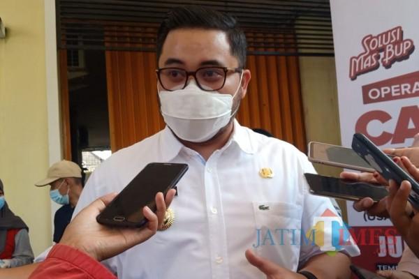 Bupati Kediri Hanindhito Himawan Pramana, ketika menerima awak media wawancara. (Foto: Bams Setioko/JatimTIMES)