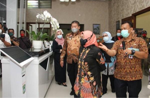 Deputi Bidang Pelayanan Publik Kemenpan RB Diah Natalisa (depan, dua dari kanan) saat meninjau kesiapan MPP di Kabupaten Malang, Jumat (26/3/2021). (Foto: istimewa)