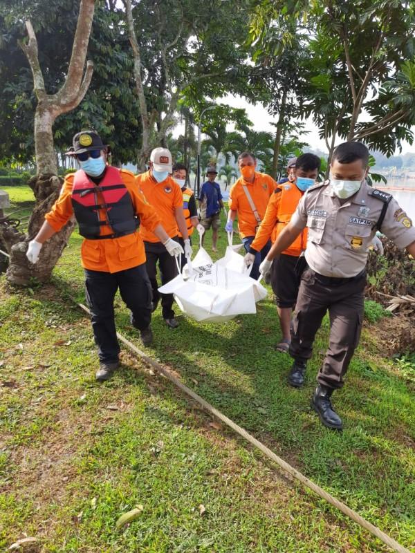 Jasad Mr X saat dievakuasi tim relawan gabungan (foto: istimewa)