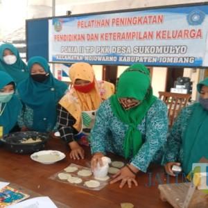 Bangkitkan Ekonomi Warga, Ibu-Ibu Desa Sukomulyo Dilatih Produksi Samiler