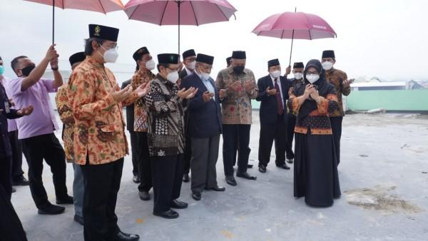 Ketua PBNU Prof Dr KH Said Aqil Siraj (tiga dari kiri) saat memimpin doa peresmian Gedung RSI Unisma, Sabtu (27/3/2021) (Foto : Istimewa)