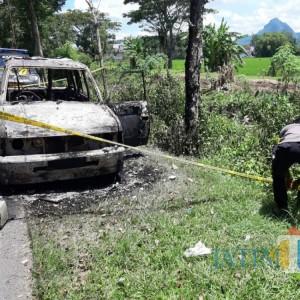 Berangkat Belanja Bersama Keluarga, Mobil di Tulungagung Ini Ludes Terbakar di Jalan Raya