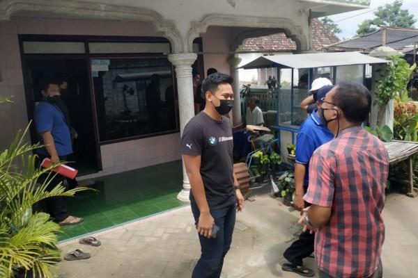 Petugas unit PPA Satreskrim Polres Kediri berhasil mengamankan pelaku dirumahnya, Sabtu (27/3/2021). (Foto: Ist)