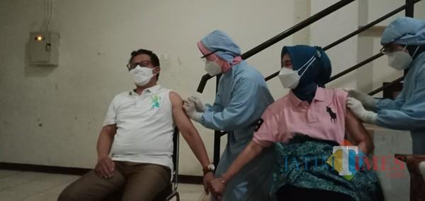 Wali Kota Malang Sutiaji saat menerima suntikan Vaksin Simovac bersama sang istri beberapa waktu lalu. (Foto: Istimewa)