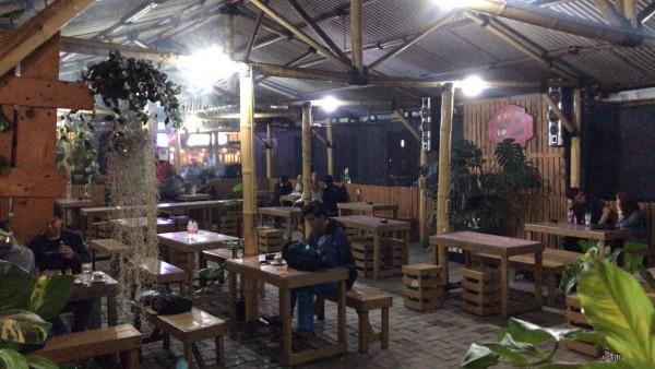 Salah satu keadaan kedai kopi di Jl. Raya Dermo dengan minimnya pelanggan yang ada (Foto: Rayhan Wildan Aziz)