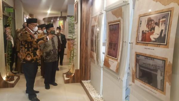 Rektor Unisma, Prof Maskuri saat menunjukan koleksi foto bersejarah kepada Ketua PBNU Prof Dr KH Said Aqil Siradj MA (Ist)