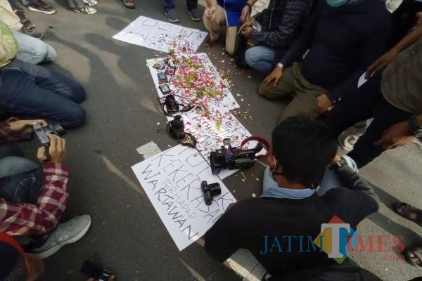 Aksi keprihatinan Jurnalis di Kediri atas penganiayaan Jurnalis di Surabaya, Senin (29/3/2021). Foto: (Bams Setioko/JatimTIMES)