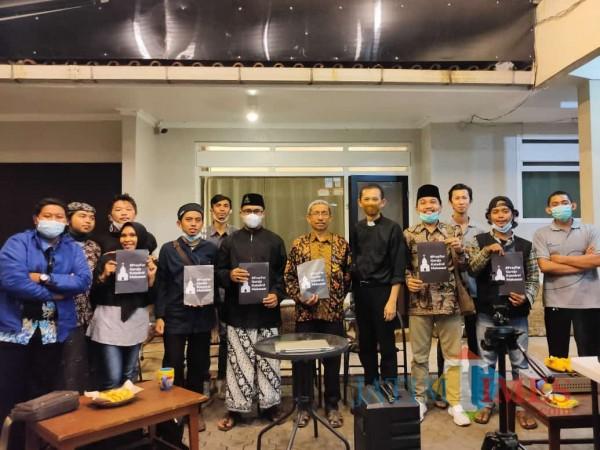 Anggota FKUB Bondowoso Gelar Doa bersama (Foto: Abror Rosi/JatimTimes)
