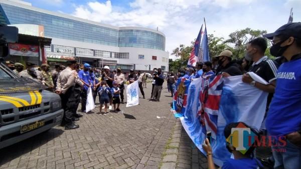 Aremania yang sedang berkumpul di Stadion Gajayana dan dibubarkan oleh pihak Satgas Covid-19 Kota Malang, Senin (29/3/2021). (Foto: Tubagus Achmad/MalangTIMES)