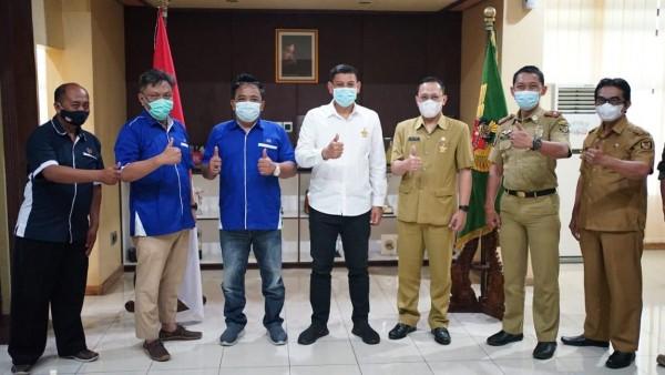 Dinilai peduli terhadap penanganan Covid-19, Wali Kota Kediri terima Anugerah Hasta Adhiwarta dari PWI Kediri. (Foto: Ist)