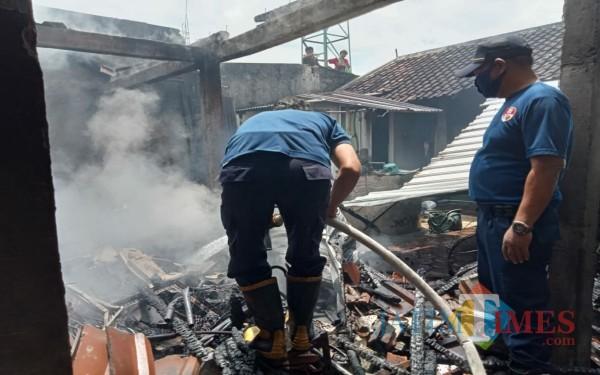 Petugas damkar saat di TKP kebakaran Kelurahan Sembung / Foto : Istimewa / Tulungagung TIMES