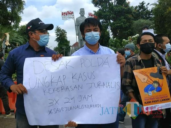 Salah satu poster tuntutan yang dibentangkan jurnalis