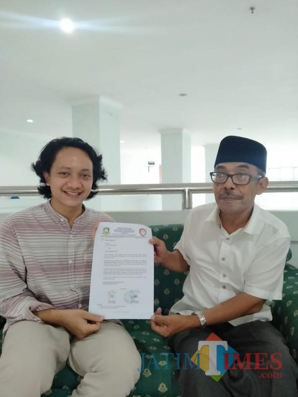 Ketua-Sema-UIN-Malang-Moch-Anam-saat-menyerahkan-surat-terbuka-kepada-Ketua-Senat-UIN-Malang-Prof-Dr-Muhtadi-Ridwan2707210c56be6380.jpg