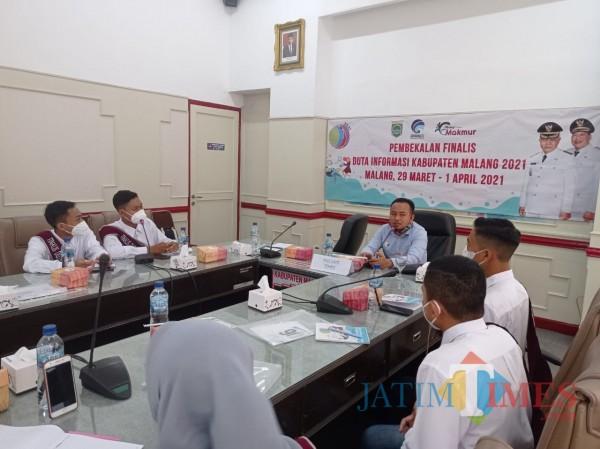 Suasana pembekalan Duta Informasi dari GM JatimTIMES, Heryanto (foto: Hendra Saputra/MalangTIMES)