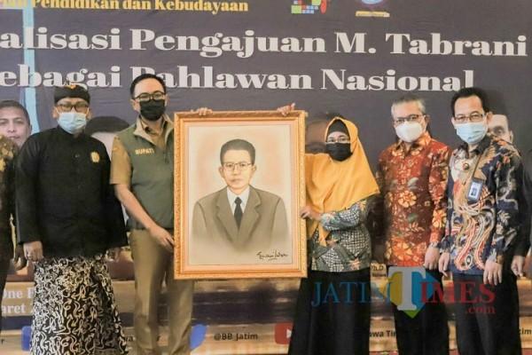 Badrut Tamam foto bersama usai sosialisasai pengajuan Tabrani sebagai Pahlawan nasional. (Foto: Istimewa)