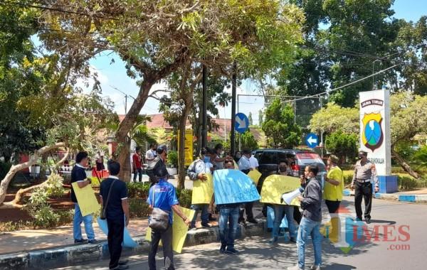 KOMPAK, puluhan Jurnalis saat melakukan aksi solidaritas di depan Mapolres Bangkalan (Foto: Imam JatimTIMES)