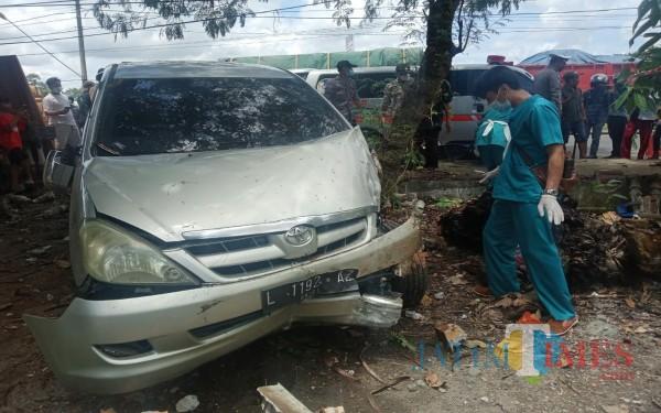 Mobil Toyota Innova yang seruduk motor parkir dan tukang buah (Foto : Dokpol / Tulungagung TIMES)