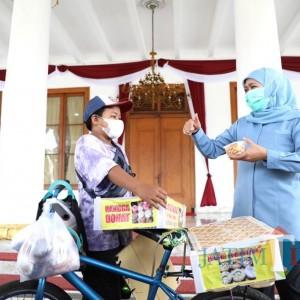 Bocah SD Berjualan Donat, Hampir Putus Sekolah dan Dagangan Diborong Gubernur