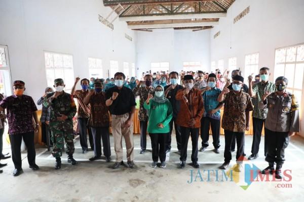 Bupati Blitar Rini Syarifah saat monitoring dan pembinaan Satgas Covid-19 di Kecamatan Kesamben. (Foto: Aunur Rofiq/ BlitarTIMES)