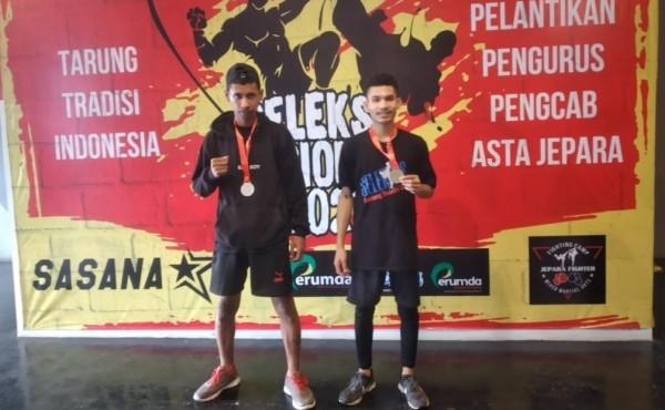 Dua mahasiswa Universitas Kanjuruhan Malang Basilius Yanuarius (kiri) dan Hildebertus Rua, peraih medali perak Kejuaraan Tarung Tradisi Indonesia 2021
