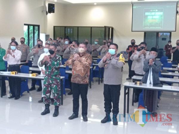 Foto bersama selepas rakor pengamanan Hari Raya Paskah di Mapolres Malang, Kamis (1/4/2021). (foto: Hendra Saputra/MalangTIMES)
