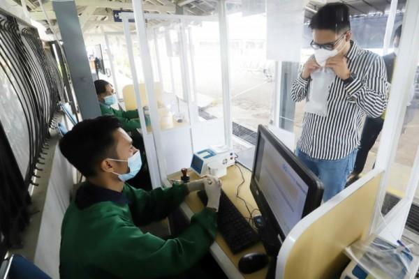 Potret calon penumpang melakukan tes pemeriksaan GeNose C19 (Foto: istimewa/Humas PT KAI Daop 8 Surabaya)