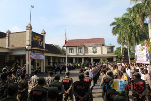 Gelar pasukan gabungan di mako Mapolres Kediri. (Foto: Eko Arif S/JatimTIMES)