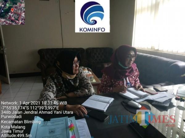 Kadis Kominfo Kabupaten Malang Aniswati Aziz (kanan) saat mengikuti webinar yang diadakan Kementerian Kominfo, Senin (1/4/2021). (Foto: Diskominfo Kabupaten Malang)