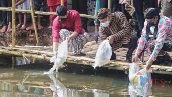 Bupati Trenggalek Mochamad Nur Arifin (Paling kiri) bersama Forkopimda lepas benih ikan