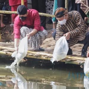 Rawat Ekosistem, Bupati Trenggalek Tebar 200 Ribu Benih Ikan Tawes di Bekas Area Tambang