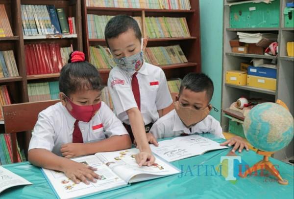 Para siswa sekolah dasar membaca buku di perpustakaan. (ist)