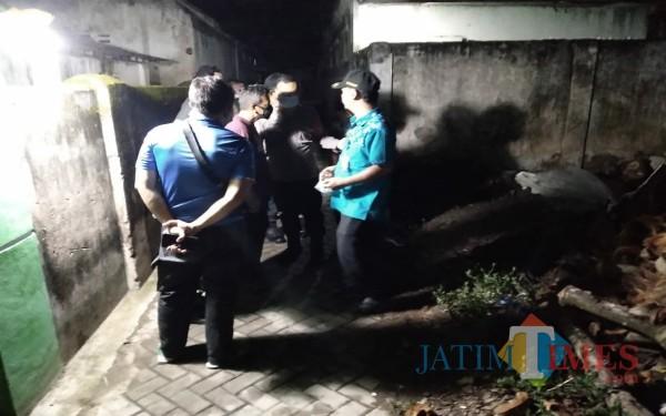 Saat polisi mendatangi ditemukannya korban meninggal dunia di dalam gubuk di Kelurahan Bago (Foto: Dokpol/ TulungagungTIMES)
