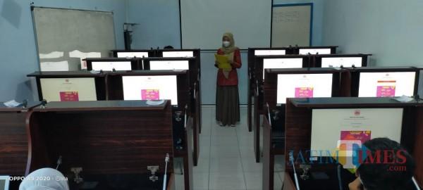 Suasana Ujian Pendidikan Kesetaraan di PKbm Ash Habul Hidayah, Ciliwung, Malang.