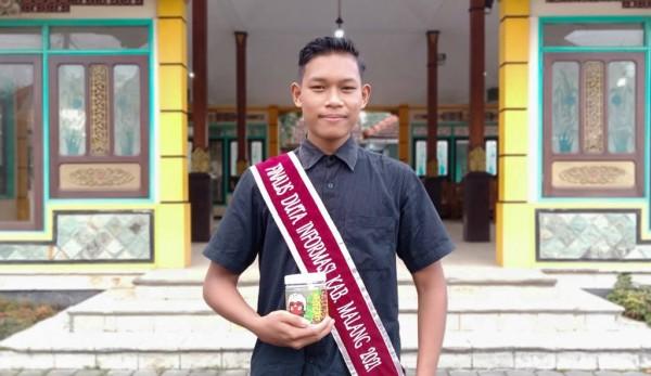 Finalis Duta Informasi Kabupaten Malang Bagus Ismanto memegang produk keripik pisang kopi buatannya. (Foto: Istimewa)