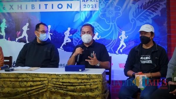 Ketua Panitia Geopark Run Series, Tri Saputro (tengah) (foto: Abror Rosi/JatimTimes)