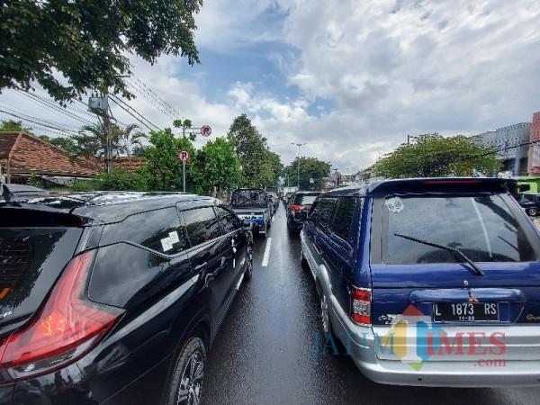 Tampak kepadatan arus lalu lintas di Jalan Ahmad Yani, Kecamatan Blimbing, Kota Malang. (Foto: Tubagus Achmad/MalangTIMES)