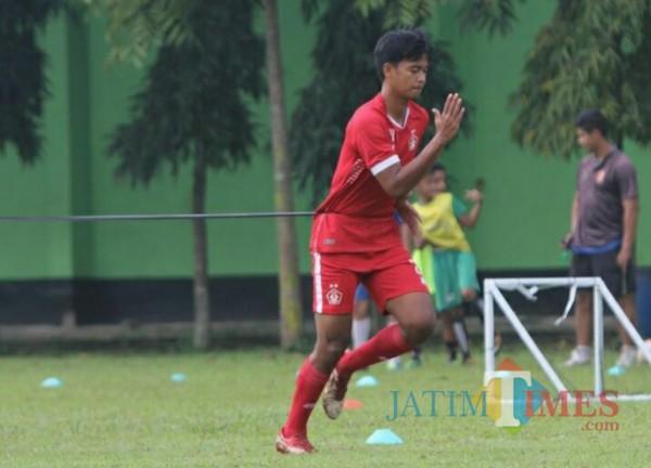 Jordan Zamorano pemain muda berpotensi saat berlatih.(eko arif s/jatimtimes)