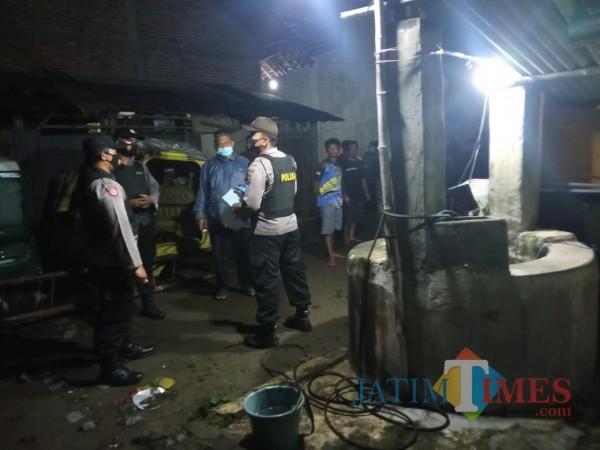 Polisi melakukan olah TKP di tempat penemuan jasad korban Gatot Subroto. (Foto: Humas Polres Blitar)