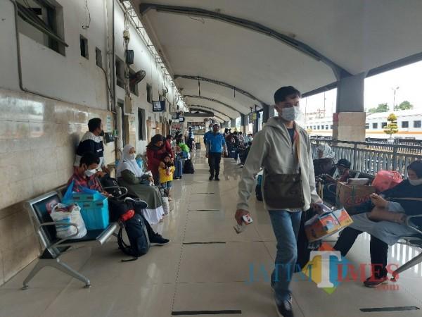 Suasana calon penumpang kereta api di Stasiun Malang Kota Baru, Minggu (28/2/2021). (Foto: Tubagus Achmad/ MalangTIMES)