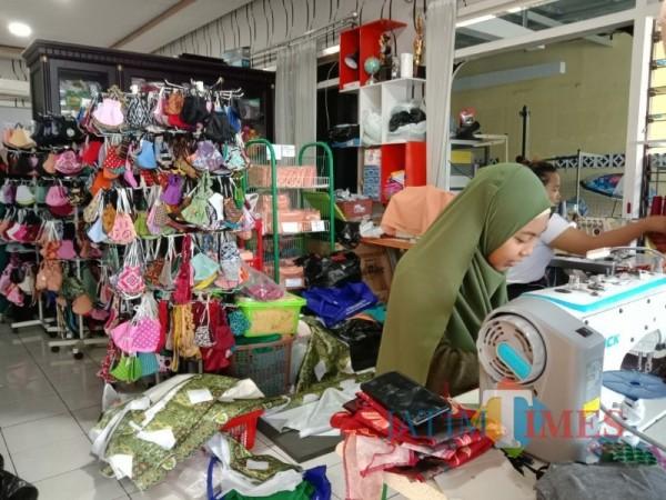 Suasana tempat produksi masker milik Edi Febri di Jalan Dewi Sartika, Kota Batu, Minggu (4/4/2021) (foto: Mariano Gale/Jatim Times)