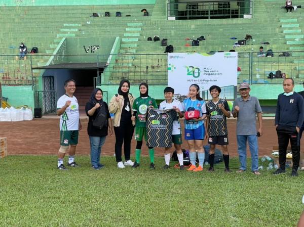Ceremonial pemberian bantuan dari Pegadaian area Malang kepada komunitas fun football Gibah FC (foto: Istimewa)