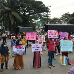 Petani Desa Burno Demo DPRD Lumajang
