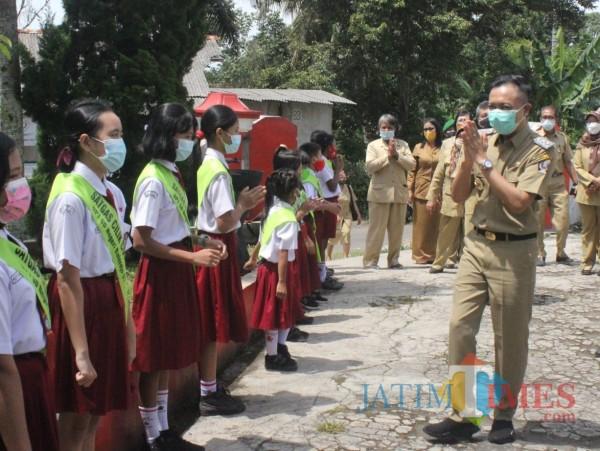 Kedatangan Wabup Blitar Rahmat Santoso di Desa Balerejo disambut sejumlah pelajar.(Foto : Aunur Rofiq/BlitarTIMES)