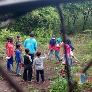 Tutor Kampung Inggris Ajak Anak-Anak Belajar Bahasa Bernuansa Alam