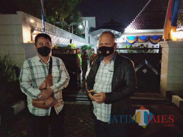 Kapolsek Klojen Kompol Nadzir Syah Basri (kanan) saat berada di depan rumah dinas Wali Kota Malang Sutiaji didampingi Kanit Reskrim Polsek Klojen AKP Yoyok Ucuk, Senin (5/4/2021) malam. (Foto: Tubagus Achmad/MalangTIMES)