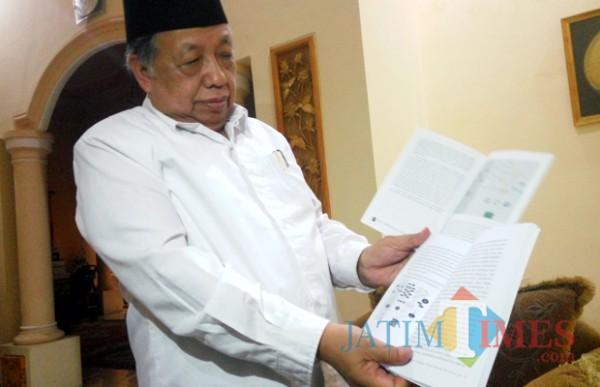 Prof Imam Suprayogo saat menunjukan buku miliknya yang diplagiasi (doc MalangTIMES)