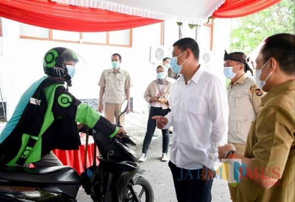 Walikota Kediri Abdullah Abu Bakar melihat langsung vaksinasi para pengemudi ojek online.(ist)