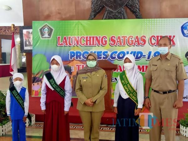 Bupat Blitar Rini Syarifah didampingi Kepala Dinas Pendidikan Budi Kusumarjaka me-launching  Satgas Cilik.(Foto: Aunur Rofiq/BlitarTIMES0